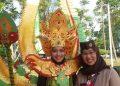 Ethno Carnival : Sofrina Dyan (kiri) mahasiswi UIN Walisongo dan Lift Anis Ma'sumah (kanan) pembina pramuka UIN Walisongo berpose saat ethno carnival dlm PW PTKI XIV di kampus UIN Suska, Pekanbaru, Riau. Kamis (3/5/2018). (Dok: Pribadi).