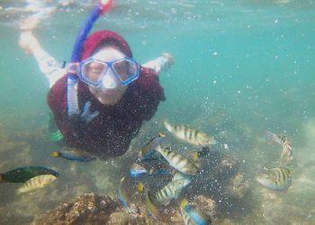 Salah satu pengunjung asal Semarang yang bersnorkeling di Pantai Sadranan, Selasa (3/7/2018). (Dokumen pribadi)