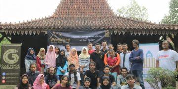 Peserta Semarang Cartoon Camp berfoto bersama