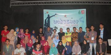 Foto bersama alumni, panitia, dan peserta Workshop SKM Amanat 2018 di Gedung Kesenian Kota Jepara. (10/11/2018) (Amanat/Fitriya)