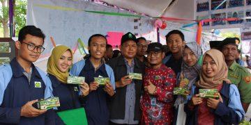 Tim KKN Posko 17 UIN Walisongo Bersama Rektor Muhibbin memamerkan Produk Teh Lempuyang karya sendiri (13/11/2018) di Desa