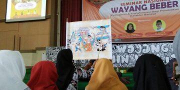 Nony, dalang remaja Wayang Beber sedang mempraktikan aksi mendalangnya di Audit 2 Kampus 3 UIN Walisongo, Rabu (5/12/18). (Amanat/ Nafiatul Ulum).