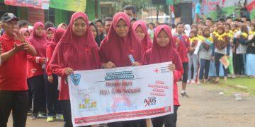 Peserta berpartisipasi peringati Hari AIDS sedunia, di kecamatan Limpung, Batang Minggu (16/12/18).