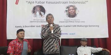 Triyatno Triwikromo saat menjadi pembicara dalam peluncuran majalah Soeket Teki dan dialog sastra bersama Ahmad Tohari di Auditorium I Kampus I UIN Walisongo Semarang, Kamis (06/12/2018)