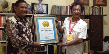 Jitet Kustana (kanan) menerima penghargaan sebagai kartunis dengan penghargaan kartun internasional terbanyak dari Ketua Umum LEPRID, Paulus Pangka, Selasa, (22/1/2019) (Dokumen Istimewa)