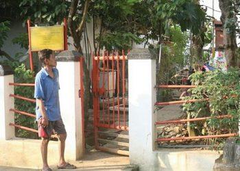 Seorang warga melintasi petilasan mbah alian yang terletak di Perum Wahyu Utomo (Amanat/Sigit).