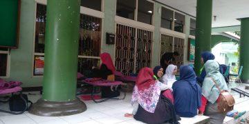 Suasana donor darah di depan Perpustakaan pusat (Amanat/Nabila).