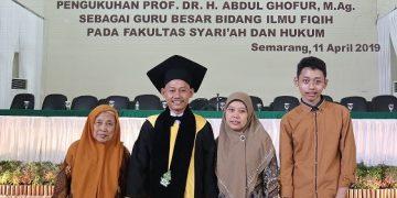Abdul Ghofur bersma keluarga di Sidang Senat Terbuka dalam rangka pengukuhan Guru besar bidang studi fiqih, di Auditorium II kampus 3 UIN walisongo. Kamis (11/04/2019). (Amanat/ Vina)
