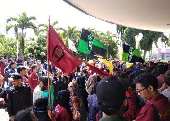 Mahasiswa saat melakukan aksi didepan rektorat, Kamis (2/5/2019) (Amanat/Fauzan)