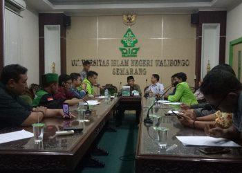 WR III Suparman Syukur didampingi Ketua PPB, Syaifullah bersama perwakilan KBMW di ruang sidang Rektorat UIN Walisongo, Kamis (2/04/2019) (Amanat/Rima).