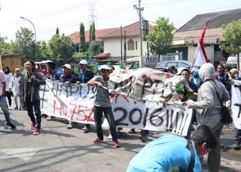 Mahasiswa yang tegabung dalam KBMW saat melakukan aksi di depan Rektorat kampus I, Senin (6/5/2019) (Amanat/Fitriya).