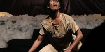 Tokoh Abu dalam pementasan Kapai-Kapai Teater Wadas di Auditorium I UIN Walisongo (27/6/2019).