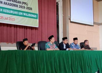 Dekan FITK dan jajarannya saat pembekalan PPL di Auditorium II kampus 3 UIN Walisongo Semarang, Kamis (25/7/2019) (Amanat/Fika).