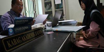 Ketua Bidang Ketua bagian Akademik dan Kemahasiswaan Muhammad Kharis memberi keterangan mengenai kuota wisuda di ruangannya, Kamis (1/8/2019) (Dok. Amanat)