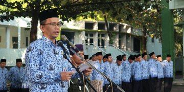 Imam Taufik menyampaikan amanat di upacara HUT RI ke-74. (Amanat/ Hasib)