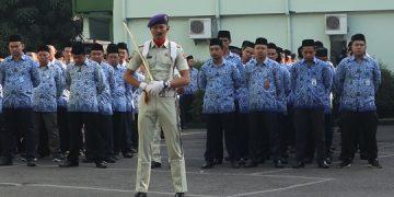 Muhammad Ulin Nuha memimpin jalannya upacara HUT RI ke-74 di halaman Kampus I UIN Walisongo (Amanat/ Hasib)