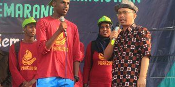 Imam Taufik berdialog dengan mahasiswa baru asal Somalia di penutupan PBAK 2019 (Amanat/ Hasib)
