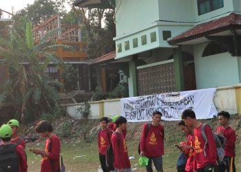 Spanduk yang bertuliskan protes terhadap Uang Kuliah Tunggal (UKT) yang muncul di PBAK 2019 (Amanat/ Hasib)