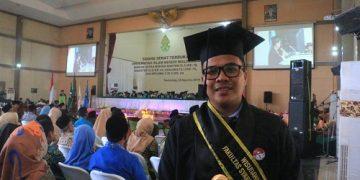 Muhammad Ikbal wisudawan terbaik Fakultas Syari'ah Dan Hukum (FSH) usai prosesi wisuda di Auditorium 2 Kampus III UIN Waliosngo Semarang, Rabu (28/8/2019). (Amanat/Umar)