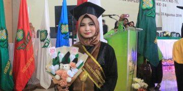 Intan Lestari wisudawan terbaik Fakultas Dakwah dan Komunikasi (FDK) usai prosesi wisuda di Auditorium 2 Kampus III UIN Walisongo Semarang, Rabu (28/8/2019 (Amanat/Shafril).