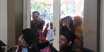 Wali mahasiswa berdesakan diluar pintu menyaksikan proses wisuda UIN Walisongo (Dokumen: Amanat)