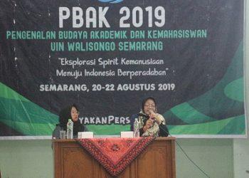 Mujibataun (kanan) sedang menyampaikan materi kesetaraan gender di depan mahasiswa baru Fakultas Ekonpmi dan Bisnis Islam (FEBI) (Amanat/ Fiya)