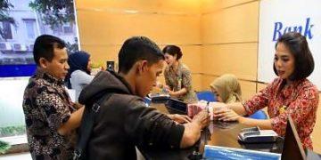 Mahasiswa melakukan transaksi pembayaran UKT di bank (Dokumen: internet)