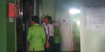 Enam mahasiswa sedang mengantre di depan toilet gedung Pusat Kegiatan Mahasiswa (PKM) Universitas, Kampus III saat mengikuti PBAK, Selasa (20/8/2019). (Amanat/ Rani)