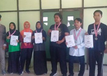 Para juara cabang lomba catur dalam Orsenik 2019 di ruang Darma Wanita Kampus I UIN Walisongo Semarang, Rabu (18/9/2019) (Amanat/Hasib)