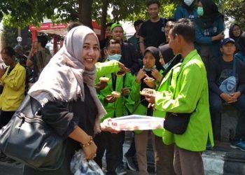 Sosok yang membagi makanan di tengah aksi Semarang Raya, Rabu (24/09/2019) (Amanat/Rani).