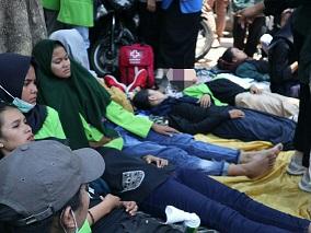 Beberapa mahasiswa terlihat kelelahan saat aksi berlangsung, Rabu (24/09/2019) (Amanat/Fitrya).