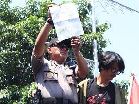 Perwakilan Polrestabes Semarang menandatangani draf tuntutan pada aksi, Rabu (24/09/2019) (Amanat/Fitrya).