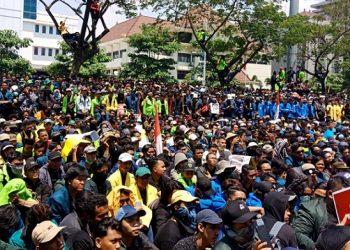 Massa aksi memenuhi gedung DPRD Jateng, Selasa (24/09/2019) (Amanat/Vina).