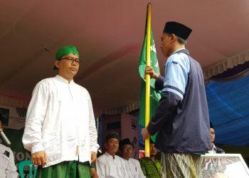 Tim KKN UIN Walisongo memberikam bendera kepada Rektor Imam Taufiq saat acara kirab santri di Singorojo Kendal, Minggu (27/10/2019) (Dokumen Istimewa).