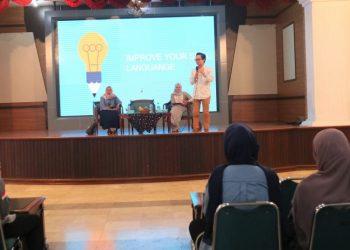 Erlangga sedang menyampaikan materi dalam Seminar Bahasa yang diadakan UKM Masa, Sabtu (19/10/2019) (Amanat/ Iin).