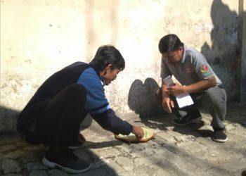 Miftahul Ulum sedang melakukan pengukuran arah kiblat di Mushola Kantor Kecamatan Getasan. (Dok. Istimewa)