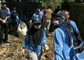 Mahasiswa KKN tengah membersihkan kali Gelatasan (Dok. Istimewa)