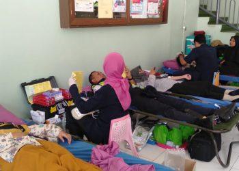 Mahasiswa dan beberapa civitas akademika kampus melakukan donor darah di kegiatan KSR UIN Walisongo, Rabu (13/11/2019) (Amanat/Ita).