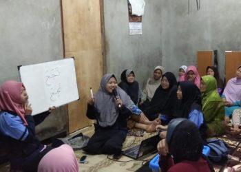 Devisi keagamaan dan pendidikan Tim KKN Posko 73 Desa Pringapus sedang mengajari ibu-ibu lanjut usia membaca huruf hijaiyah, Sabtu (2/11/2019) (Dokumen Istimewa).