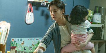 JUNG Yu-mi berperan sebagai ibu rumah tangga dalam KIM Ji-young born 1982. koreanfilm.or.kr