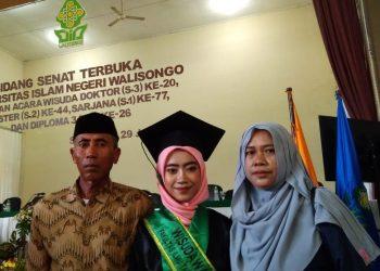Tri Rahayu menjadi wisudawan terbaik Fakultas Ilmu Tarbiyah dan Keguruan pada wisuda ke-77 UIN Walisongo Semarang, Rabu(29/1/2020) (Dok Pribadi).