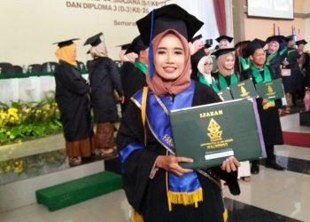 Siti Romzatul Haniah, menjadi wisudawan terbaik Fakultas Sains dan Teknologi (FST) dengan perolehan Indeks Prestasi Komulatif (IPK) 3,89 di prosesi wisuda, Rabu (29/01/2020).