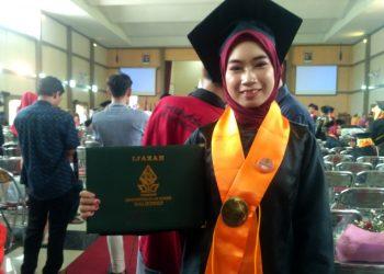 Vanny Yuni Astuti, mahasiswa jurusan Perbankan Syariah, Fakultas Ekonomi dan Bisnis Islam (FEBI) menjadi wisudawan termuda pada wisuda UIN Walisongo periode Januari, Rabu (29/01/2020).