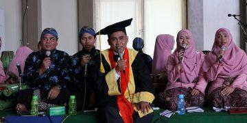 Prof. Muhasadi sedang menembang karawitan diiringi para Dosen Fakultas Dakwah dan Komunikasi(FDK) saat prosesi pengukuhanya sebagai Guru Besar di Auditorium II kampus 3 UIN Walisongo. Rabu (8/01/2020), (Doc Amanat/Shafril).
