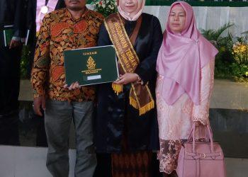 Siti Ani Munasaroh, Mahasiswa  jurusan  Pengembangan Masyarakat  Islam berhasil  jadi wisudawan terbaik  FDK, Rabu,(29/1/2020) (Dok. Pribadi)
