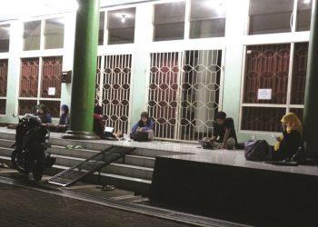 Nampak beberapa mahasisiwa melakukan aktivitas   malam hari di halaman perpustakaan pusat. (Dok. Istimewa)