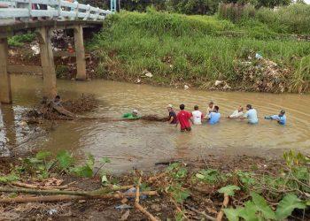 Kelompok KKN Posko 68 Bersama Warga Karangrandu Sedang Membersihkan Sungai, Minggu (02/02/2020) (Dokumen Istimewa).