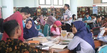 Para mahasiswa UIN Walisongo di Perpustakaan Pusat bertempat di Kampus 3 UIN Walisongo Semarang (Amanat/Irsyad).
