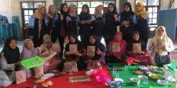Tim Kuliah Kerja Nyata (KKN) UIN Walisongo Posko 33 mengadakan pelatihan pembuatan bolu kulit pisang di Aula Kelurahan Sembungharjo, Genuk, Kota Semarang, Minggu (9/2/2020) (Doc.Amanat)