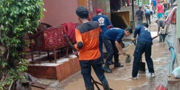 (KSR) Palang Merah Indonesia (PMI) Unit UIN Walisongo melakukan kegiatan tanggap darurat bencana banjir yang terjadi di Kelurahan Wonosari, Kecamatan Ngaliyan, Kota Semarang, Kamis (6/2/2020).